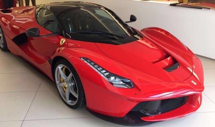 フェラーリの車体に広告を貼ってPR